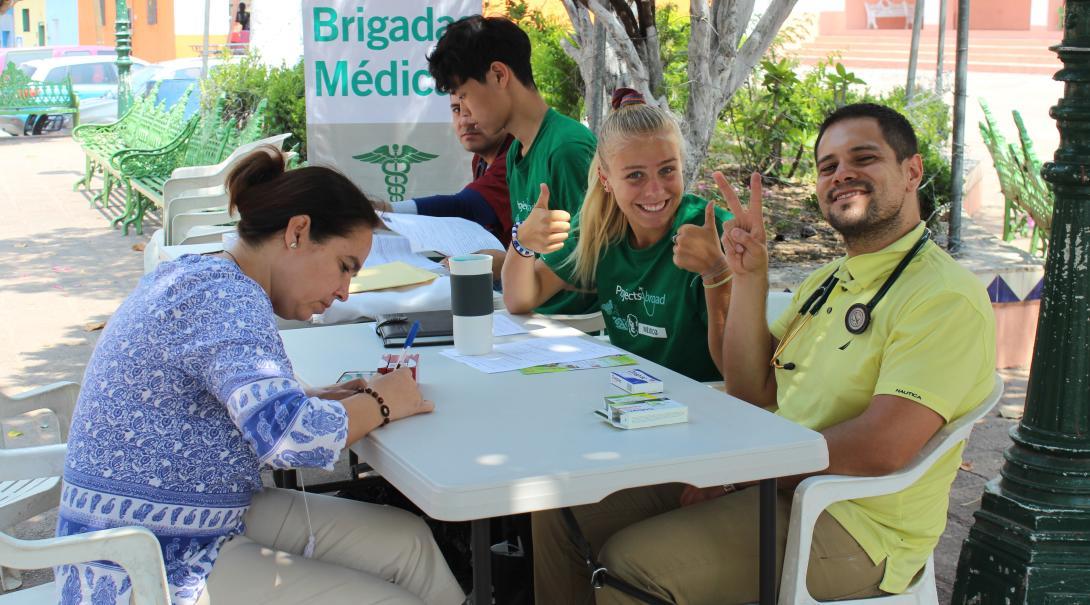 En nuestros voluntariados para jóvenes puedes adquirir experiencia médica antes de la universidad.